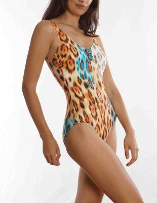 Una mujer en vestido de baño  Descripción generada automáticamente con confianza baja
