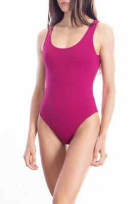 Mujer con ropa deportiva  Descripción generada automáticamente con confianza baja
